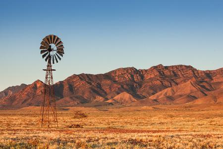 Lone Windmill in the Flinders Ranges 免版税图像