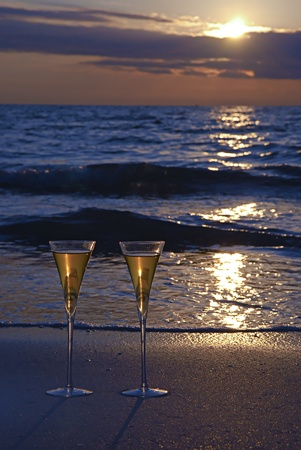 Two Champagne Glasses on the Beach at Sunset Stockfoto