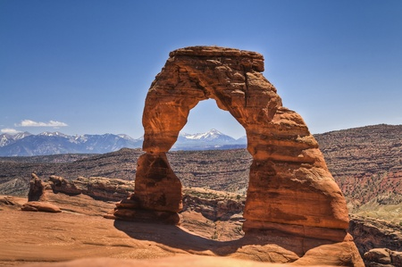 delicate arch: Delicate Arch with mountains in the background