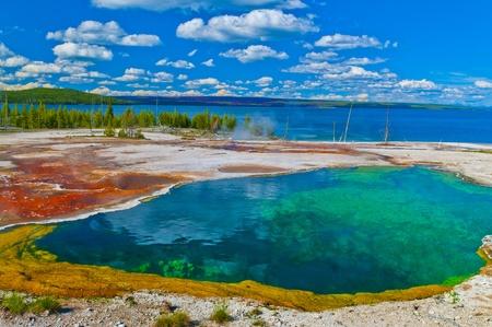 Abyss Pool i väst Thumb Geyser Basin i Yellowstone National Park