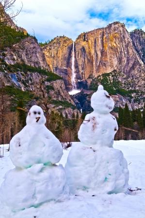 Deux bonhommes de neige contre Upper Yosemite Falls - Parc national de Yosemite