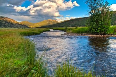 カブ湖トレイル、ロッキー山脈国立公園の近くの小川 写真素材