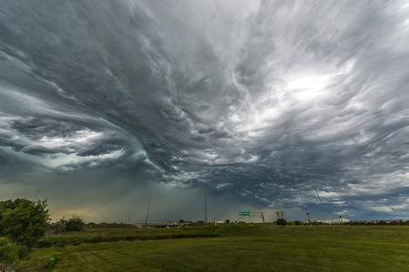 tormenta: Nubes de tormenta impresionantes de la autopista