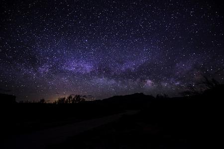 noche: Brillante Noche estrellada con hermosa Vía vías