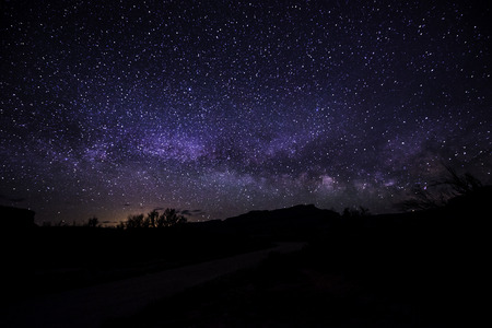 noche estrellada: Brillante Noche estrellada con hermosa V�a v�as