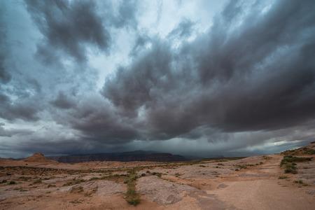 desierto: Lluvia Nubes de tormenta construir sobre el paisaje del desierto de Utah