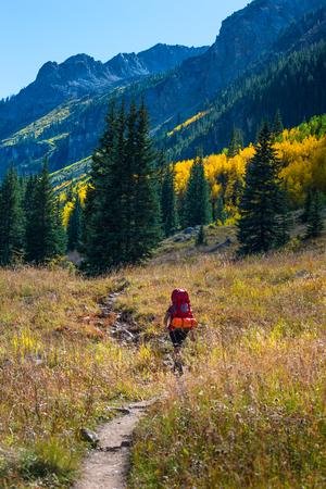 conundrum: Backpacker escursioni Conundrum Creek Trail vicino ad Aspen Colorado