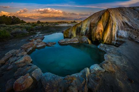Travertino Hot Springs ingenio Salida del sol sobre las sierras