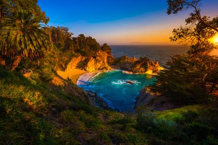 poblíž: McWay Falls Julia Pfeiffer Burns stát Park, v blízkosti Carmel Kalifornie USA
