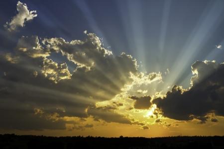 in clouds: Raggi di sole drammatico e nuvole temporalesche sopra Maine Archivio Fotografico