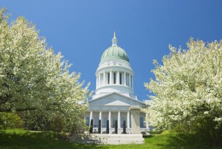 augusta: Edificio del Capitolio del Estado y los manzanos en Augusta Maine Editorial