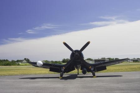 avion de chasse: Vought F4U Corsair Avion de chasse sur la piste