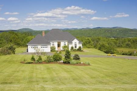 rancho: Casa estilo rancho moderno con vistas a las montañas Editorial