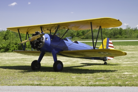 Antique1941 Stearman tweedekker A75N op baan