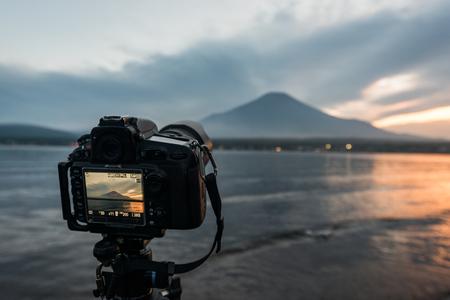 Shooting Mt. Fuji at Lake Yamanaka with a Professional Camera Banque d'images