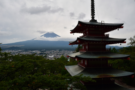 Mt. Fuji over a Pagoda in Summer Éditoriale