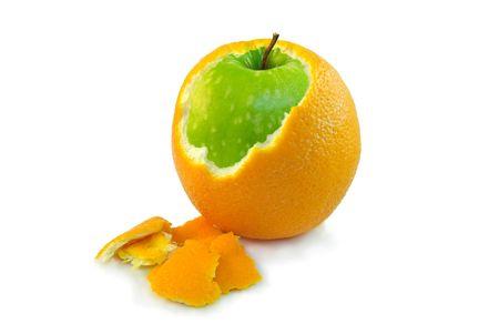 Naranja pelada parcialmente con manzana verde dentro de