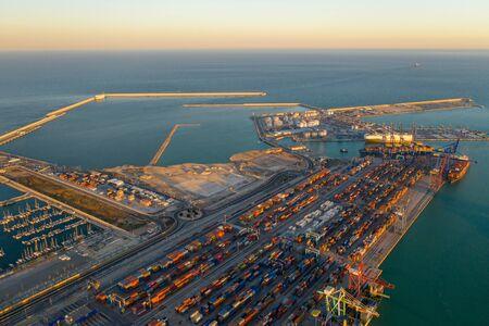 Luftaufnahme des Containerterminals des Seehafens der Stadt Valencia und des Schiffes beim Beladen