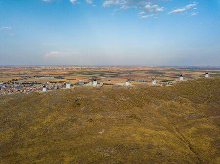 Vista aérea de los molinos de viento de Don Quijote. Molino Rucio Consuegra en el centro de España