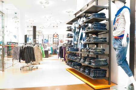Innenraum des modernen Kleiderladens. Bild überbelichtet durch Absicht, alle Kunden blured