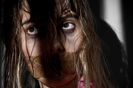 tied hair: ostaggio della giovane donna presa con la sua bocca imbavagliata
