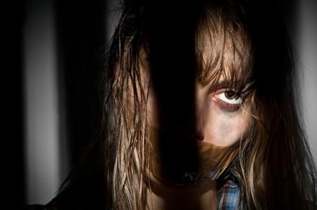 tied hair: giovane donna presa in ostaggio con la sua bocca imbavagliata