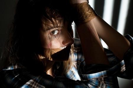 imbavagliare: giovane donna presa in ostaggio con la sua bocca imbavagliata