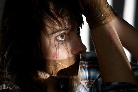 kokhalzen: jonge vrouw genomen gijzelaar met haar mond mond gesnoerd