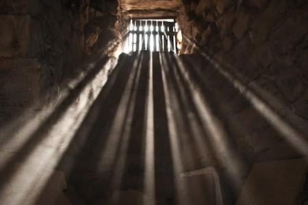 cellule prison: rayons de soleil transmission par infrarouge � travers la fen�tre de prison dans la cellule.