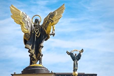 angel de la independencia: Estatua del Arc�ngel Miguel y Ucrania s�mbolo nacional estatua en la Plaza de la independencia en Kiev  Foto de archivo