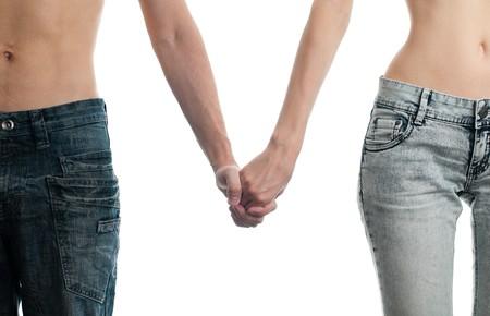 hombre flaco: hombre y mujer en jeans, de la mano, aislados en fondo blanco