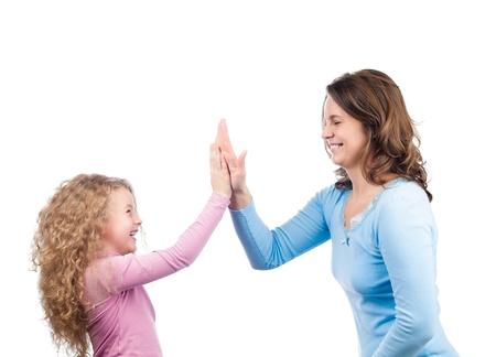 aplaudiendo: Madre joven hermosa y feliz y pequeña hija sonriendo y riendo. Aplaudir sus manos. Aislado sobre fondo blanco. Foto de archivo