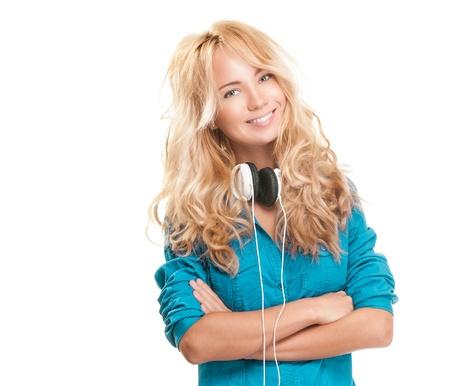 adolescentes chicas: Adolescente hermosa y feliz con auriculares. Sonriente y mirando a la c�mara. Aislado sobre fondo blanco. Foto de archivo