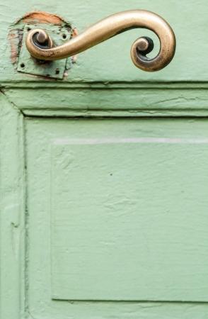 puerta verde: Fragmento de la puerta verde y mango dorado. Niza, Francia, Europa.