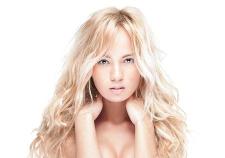 seins nus: Sensual portrait de jeune femme belle blonde sur fond blanc.