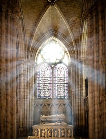 window church: raggi del sole raggiante attraverso la vecchia finestra di vetro macchiata di saint denis cattedrale e illuminazione interna con la tomba. Parigi, Francia, Europa.