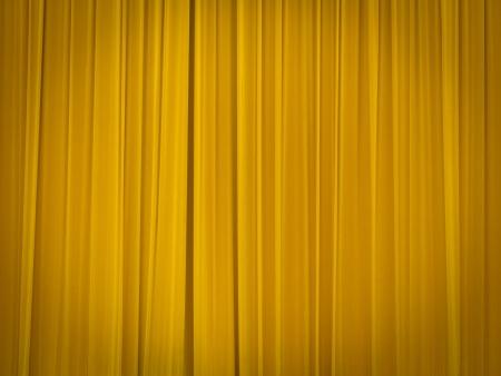 sipario chiuso: palcoscenico del teatro con le tende gialle chiuso