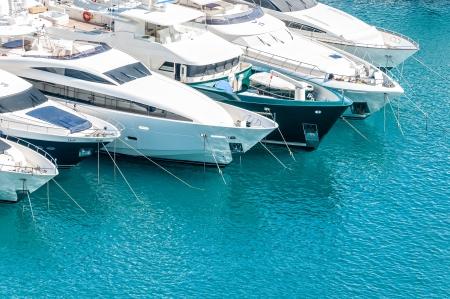 jachthaven: Mooie witte moderne jachten op zee haven in Nice, Frankrijk, Europa.