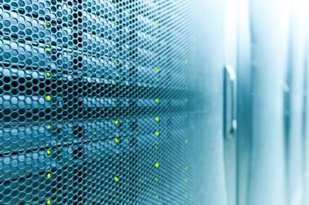tecnologia: Resumo do quarto moderno centro de alta tecnologia internet dados com fileiras de racks com hardware de rede e servidor