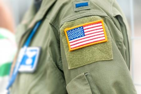 estrellas  de militares: Parte del uniforme de la Fuerza A�rea de los Estados Unidos. Persona llevaba ropa militar con los bolsillos y el s�mbolo nacional. Centrarse en la bandera americana en el cuadro amarillo adjunta a asumir parte de la ropa del ej�rcito.