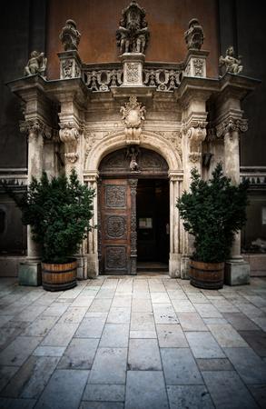 puertas antiguas: Entrada a la iglesia en Budapest, Europa. arquitectura antigua.