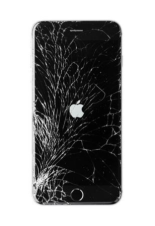 Moskau, Russland - 22. November 2015: Foto des iPhone 6 plus mit gebrochenen Display. Moderne Smartphones mit beschädigter Glasscheibe isoliert auf weißem Hintergrund. Gerät muss repariert werden. Editorial