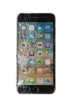 Moscú, Rusia - 22 de noviembre de 2015: Foto de iPhone 6 plus con pantalla rota. moderno teléfono inteligente con pantalla de cristal dañado aislado sobre fondo blanco. El dispositivo necesita reparación. Foto de archivo - 56235976