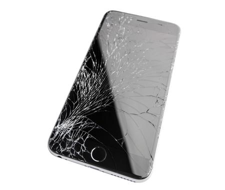 Moscú, Rusia - 22 de noviembre de 2015: Foto de iPhone 6 plus con pantalla rota. moderno teléfono inteligente con pantalla de cristal dañado aislado sobre fondo blanco. El dispositivo necesita reparación. Editorial