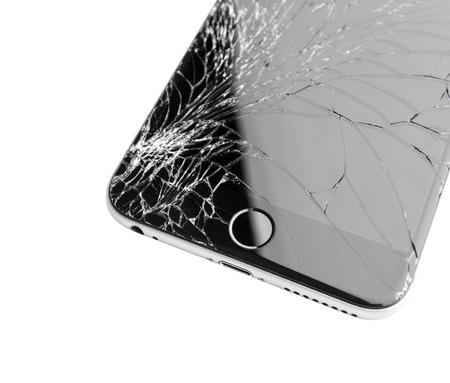 Moskau, Russland - 22. November 2015: Foto des iPhone 6 plus mit gebrochenen Display. Moderne Smartphones mit beschädigter Glasscheibe isoliert auf weißem Hintergrund. Gerät muss repariert werden.