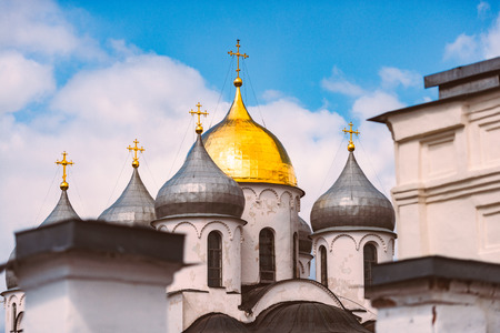 Domes of church at Novgorod kremlin, Russia. Blue cloudy sky in background. Russian architecture. 免版税图像
