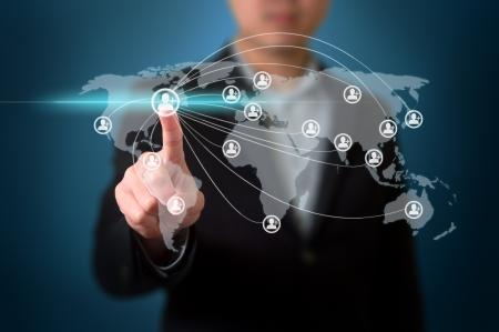 �cran tactile: Homme d'affaires appuyant sur les boutons de d�marrage simples sur un �cran tactile Banque d'images