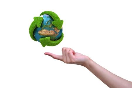 desarrollo sustentable: Globo con flechas verdes cubiertas de hierbas presentado en el dedo de mujer