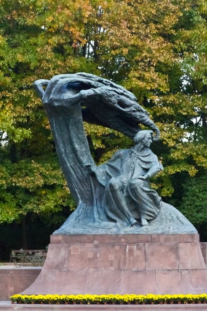 frederic chopin monument: A statue of Frederic Chopin, the polish composer, in a park in Warsaw, Poland