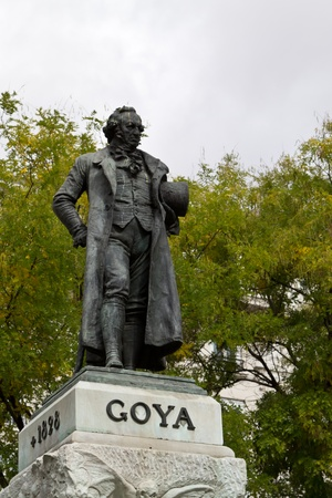 Statue of famous spanish painter Francisco de Goya next to Madrid Imagens